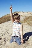 Het jonge jongen spelen in zand Stock Afbeeldingen