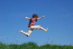 Het jonge jongen springen Stock Afbeeldingen