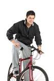 Het jonge jongen stellen op een fiets Royalty-vrije Stock Afbeelding