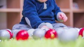Het jonge jongen vastbinden op Kerstmisdecoratie stock videobeelden