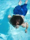 Het jonge jongen zwemmen Stock Afbeelding