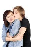 Het jonge Kaukasische mooie paar kussen Stock Afbeeldingen