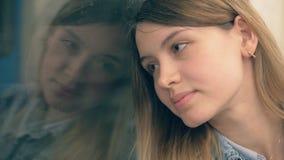Het jonge Kaukasische Vrouw Berijden in een Metroauto die uit het Venster kijken stock video