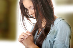 Het jonge Kaukasische vrouw bidden Stock Afbeeldingen