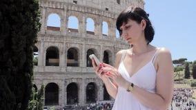 Het jonge Kaukasische vrouwentoerist texting op mooie mening van Europese oude stad met mobiele slimme telefoon stock videobeelden