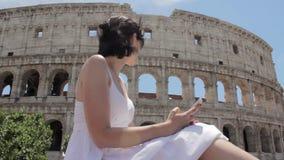 Het jonge Kaukasische vrouwentoerist texting op mooie mening van Europese oude stad met mobiele slimme telefoon stock footage