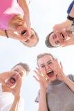Het jonge kerels en meisjes schreeuwen Royalty-vrije Stock Afbeeldingen