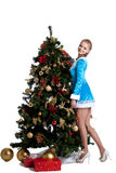 Het jonge Kerstmismeisje verfraait nieuwe jaarspar Royalty-vrije Stock Foto's