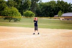 Het jonge Kind die van de Honkbalspeler zich op Eerste Basis bevinden die aan Ru wachten stock afbeeldingen