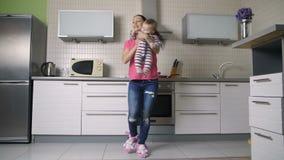 Het jonge kind van de moeder slingerende zuigeling en het hebben van pret stock videobeelden