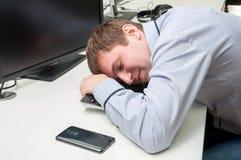 Het jonge knappe mens speeping op een toetsenbord Stock Afbeelding