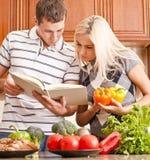 Het jonge Koken van het Paar Stock Afbeelding