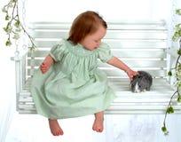 Het jonge Konijntje van Petting van het Meisje Stock Foto's