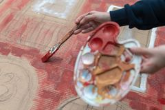 Het jonge kunstenaar schilderen stock foto