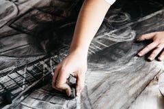 Het jonge kunstenaar schilderen met houtskool royalty-vrije stock afbeeldingen