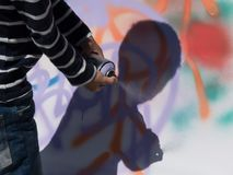 Het jonge kunstenaarssilhouet castreert het art. van de verfgraffiti Royalty-vrije Stock Afbeelding