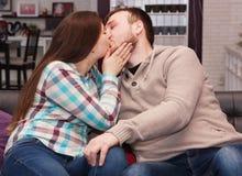 Het jonge kussen van het Paar stock fotografie
