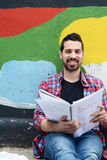 Het jonge Latijnse mens bestuderen outdoors stock foto's