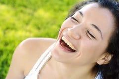 Het jonge Latijnse vrouw glimlachen gelukkig op zonnige de zomerdag buiten in p royalty-vrije stock foto's
