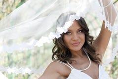 Het jonge leuke bruid stellen met een sluier Royalty-vrije Stock Fotografie