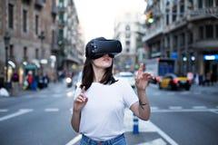Het jonge leuke meisje gebruikt virtuele werkelijkheid Stock Foto's