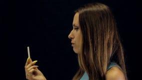 Het jonge leuke meisje houdt met op rokend stock videobeelden