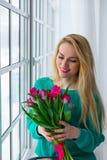 Het jonge leuke meisje met bos van de lente bloeit het glimlachen, 8 maart, de vakantie van internationale vrouwen Royalty-vrije Stock Fotografie