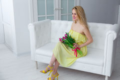 Het jonge leuke meisje met bos van de lente bloeit, 8 maart, de vakantie van internationale vrouwen Royalty-vrije Stock Fotografie