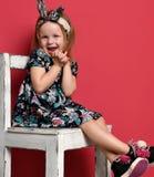 Het jonge leuke meisjesjong geitje gelukkige glimlachen in moderne kledingszitting Stock Fotografie