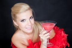 Het jonge maniervrouw stellen in studio in een rode boa Royalty-vrije Stock Foto