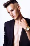 Het jonge mannelijke model stellen in studio Stock Afbeeldingen