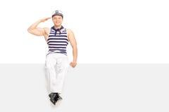 Het jonge mannelijke zeeman groeten naar camera i Royalty-vrije Stock Afbeelding