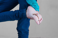 Het jonge meisje aftappen op de zool van haar voet stock afbeeldingen