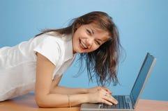 Het jonge meisje babbelen Stock Foto