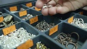 Het jonge meisje bekijkt toebehoren voor juwelen stock footage