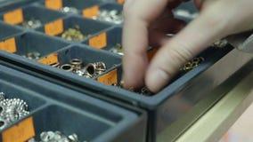 Het jonge meisje bekijkt toebehoren voor juwelen stock video