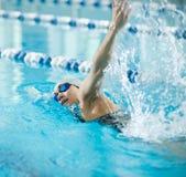 Het jonge meisje in beschermende brillen die voorzijde zwemmen kruipt slag Royalty-vrije Stock Fotografie