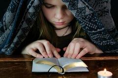 Het jonge Meisje bestudeert Bijbel 1 Royalty-vrije Stock Afbeelding
