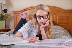 Het jonge meisje bestuderen Stock Foto