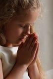 Het jonge meisje bidden Stock Afbeelding
