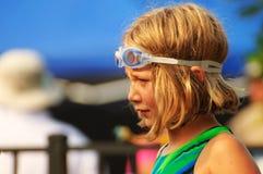 Het jonge Meisje bij zwemt samenkomt Stock Foto's
