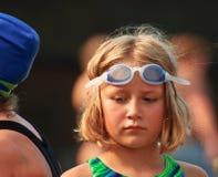 Het jonge Meisje bij zwemt samenkomt Stock Foto