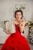 Het jonge meisje blaast de confettien van het nieuwe jaar van handen weg Royalty-vrije Stock Afbeeldingen