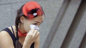 Het jonge meisje bootst het toepassen van witte verf van haar gezicht na stock footage
