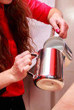 Het jonge meisje brouwt koffie Stock Fotografie