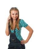 Het jonge meisje dat door een mobiele telefoon spreekt Stock Afbeelding