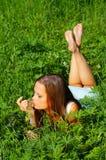 Het jonge meisje dat van de schoonheid op Th ligt Royalty-vrije Stock Fotografie
