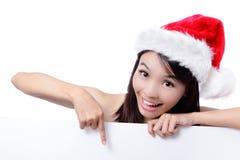 Het jonge meisje dat van Kerstmis leeg aanplakbord toont Royalty-vrije Stock Afbeelding