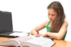Het jonge meisje de tiener leert lessen Stock Foto