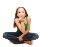 Het jonge meisje de tiener verzendt een luchtkus Stock Fotografie
